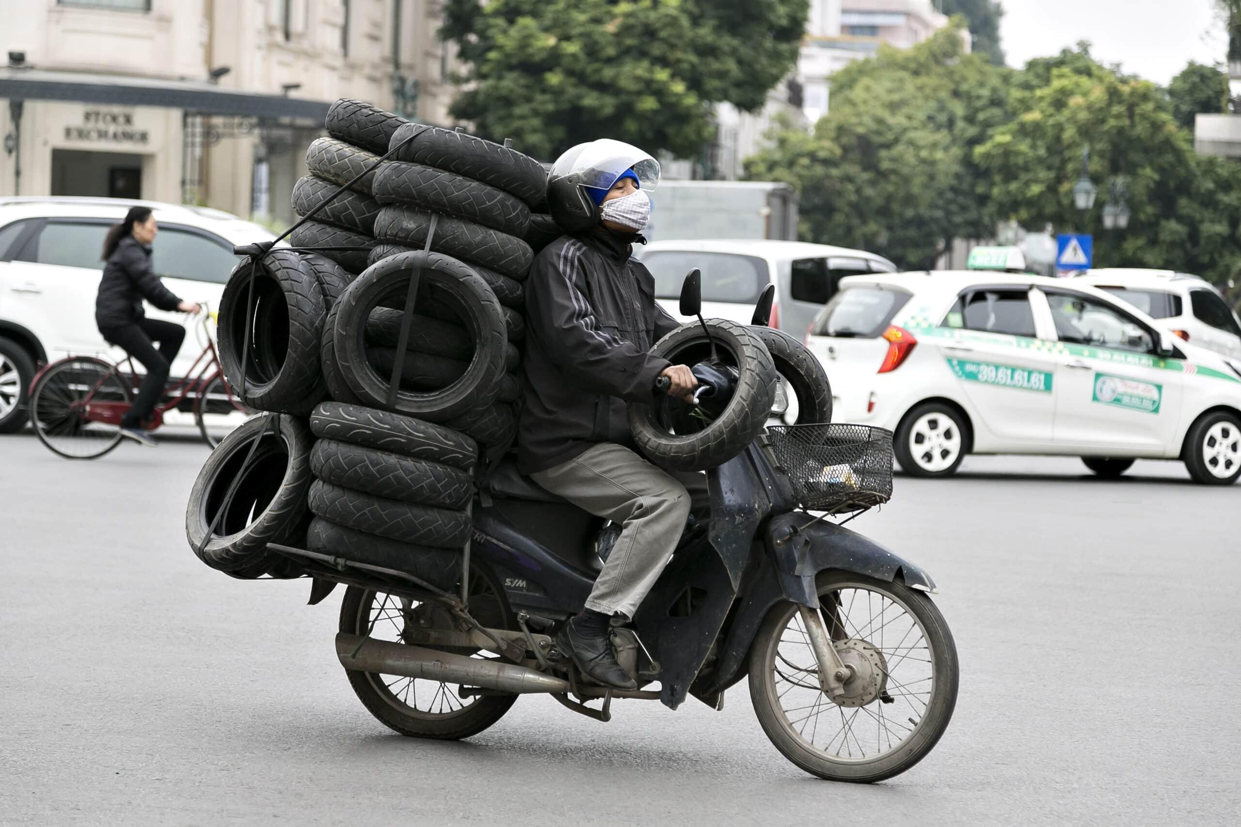Hanoi i Vietnam, transport på knallert, Genrebilleder. Erhvervsbilleder, erhvervsfoto, hjemmeside, markedsføring,